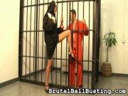 Une nonne tape dans les corones d'un prisonnier