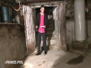 Elle se fait niquer attachée dans une cave