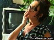 Femme à lunette qui fume une longue cigarette