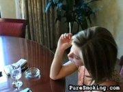 Nana qui se montre sans pudeur en fumant