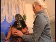 Elle exhibe ses seins avec un masque à gaz