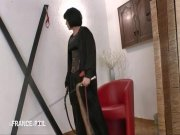 Une prostitué se fait ramener de force chez une dominatrice