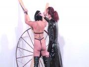 Française très dirigiste torture sa soumise biesexuelle