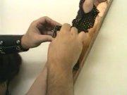 Femme brune aux cheveux courts attachée sur une croix