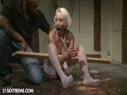 Brulures sévices et sodomie pour la blondinette