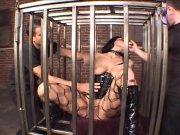 Abusée dans une cage métallique