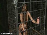 En cage pour être violentée