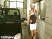 Fistée sur le capot de la voiture
