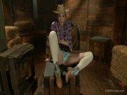 La cowgirl fait tout avec ses pieds