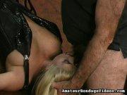 Elle pompe le maître totalement ligotée