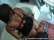 Déesse black s'assoit sur un homme mûr